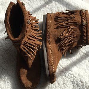 Minnetonka fringed booties in brown Sz 6